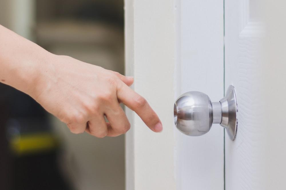 gałka w drzwiach